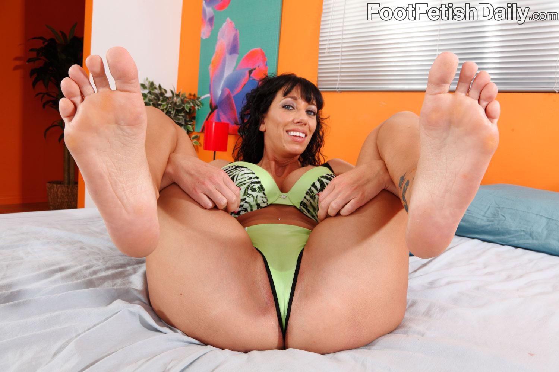 Сосёт пальцы на ногах порно 5 фотография