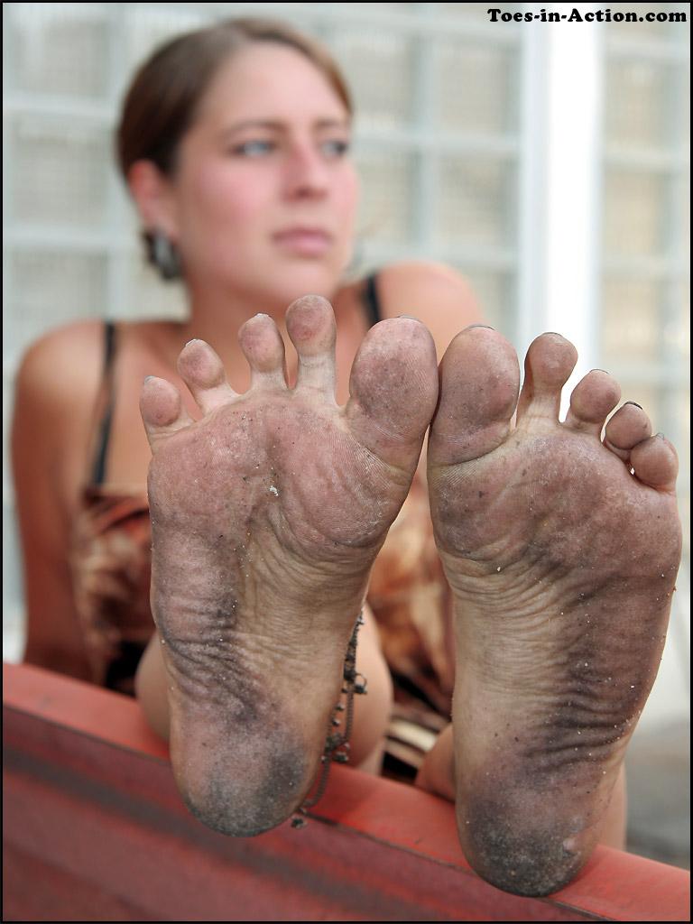 ребенок поставить грязные ноги на лицо фото допустить